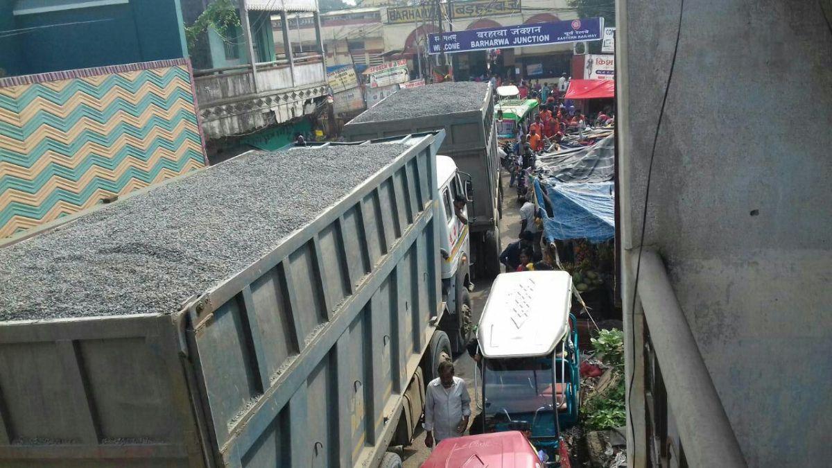 साहिबगंज जिले में चेकनाका के बंद होते ही बढ़ा पत्थर माफियाओं का  मनोबल : सड़कों पे खुलेआम दौड़ने लगी ओवरलोडेड ट्रकें : प्रशासन मौन