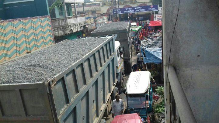 बीच बाज़ार से जाता ओवरलोड ट्रक-3