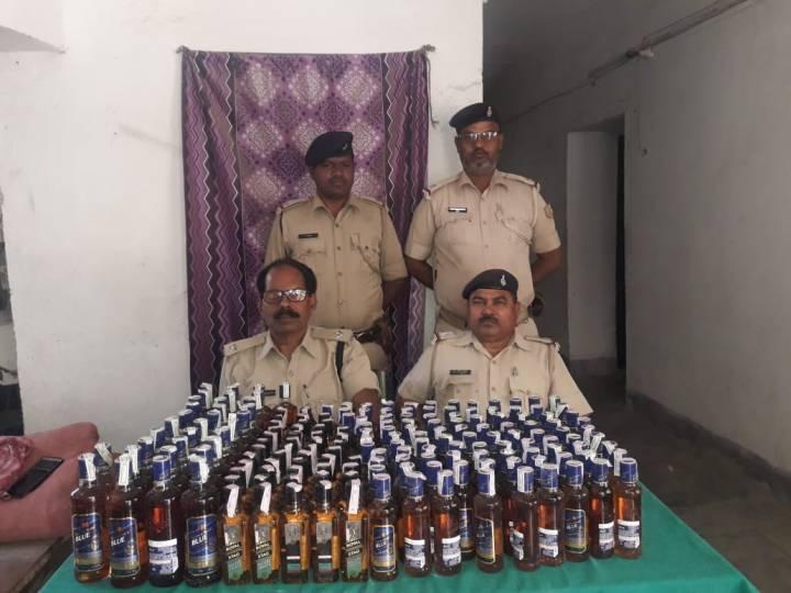अवैध रूप से घर पर रखे 228 बोतल विदेशी शराब जब्त