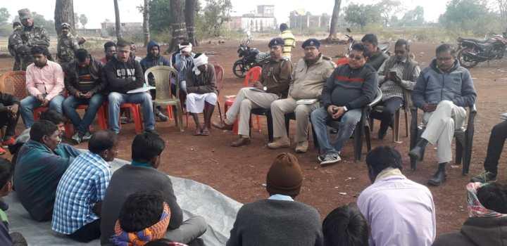 पैनम रोड पर कोयला चोरी पर रोकथाम के लिए बीजीआर ने ग्रामीणों के साथ किया बैठक (1)