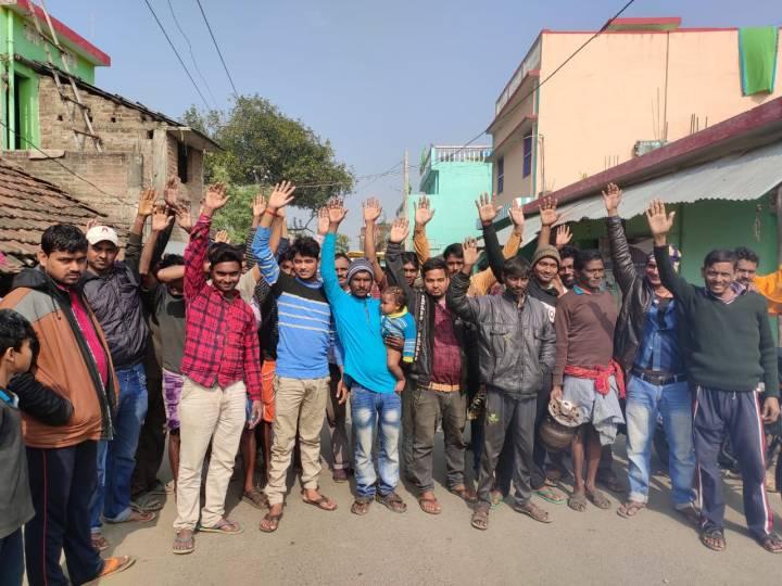 मुख्यमार्ग के किनारे बन रहे ड्रेन में अनियमिता को लेकर ग्रामीणों ने जमकर जताया विरोध (1)