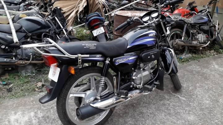 चोरी के बाइक के साथ ग्रामीण ने चोर को दबोचा